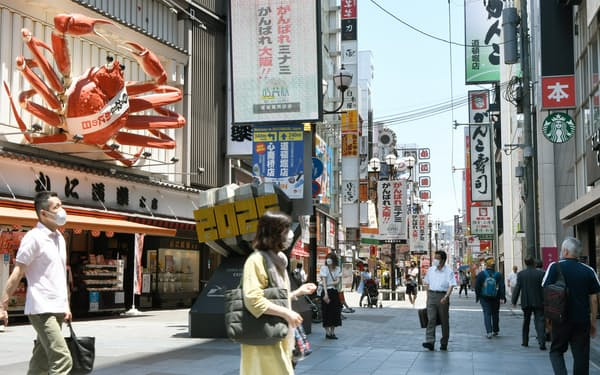 緊急事態宣言が解除になり飲食・サービス業にも薄日が差す(6月21日、大阪・道頓堀)