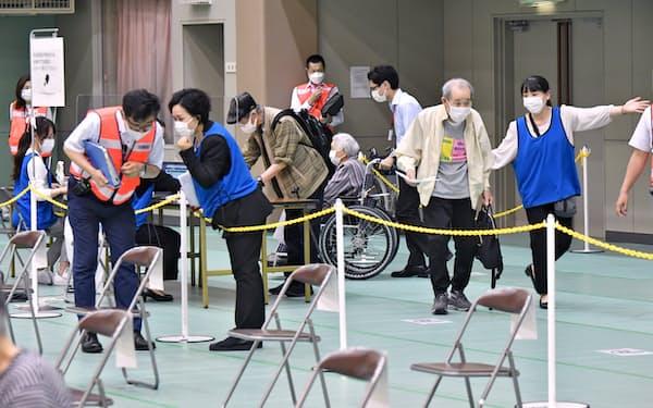 高齢者を対象にした集団接種(5月、大阪市都島区)
