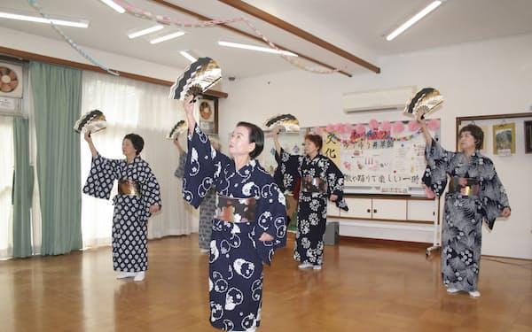 日本舞踊を練習する仁寿会のメンバー(東京都杉並区)