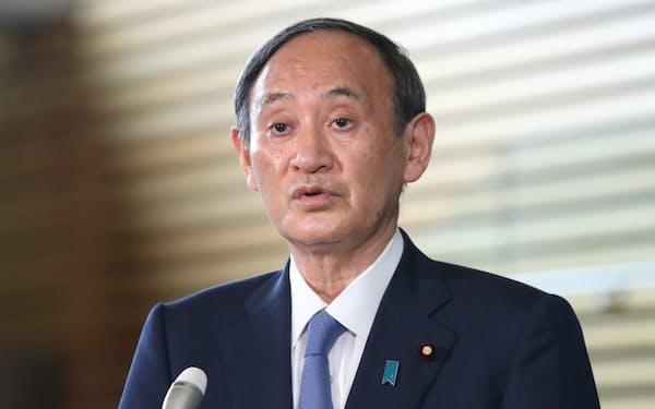首相官邸で報道陣の質問に答える菅首相(1日)