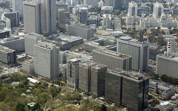 霞が関の官庁街。右上は国会議事堂(東京都千代田区)