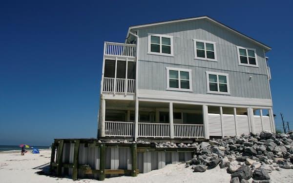 短期レンタルではリゾート地で一軒家を借り数家族で集まる利用が人気だ(写真はフロリダ州)=ロイター