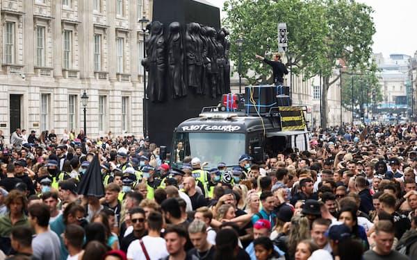 感染者が増える英国では、反ワクチンやナイトクラブの再開を訴えるデモが開かれた(6月27日、ロンドン)=ロイター