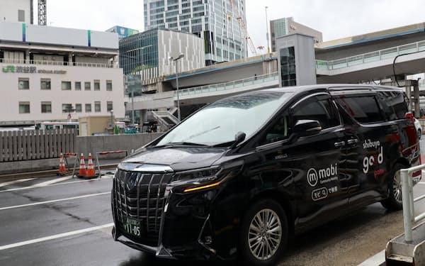 JR渋谷駅前に停車したmobiの車両(撮影:日経クロステック)