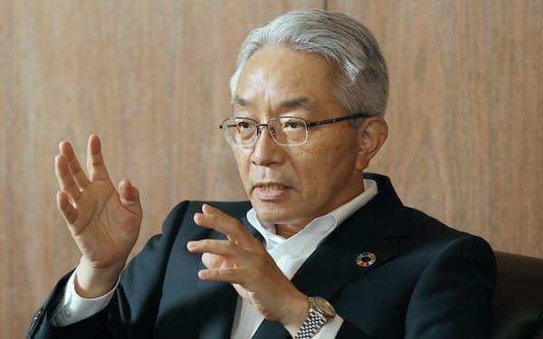 インタビューに答える、西日本フィナンシャルホールディングスの村上社長