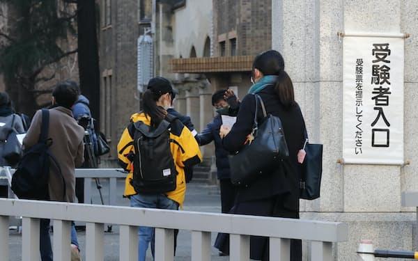 大学入学共通テストの会場へ向かう受験生たち(1月、東京都文京区)