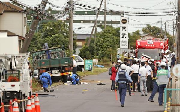 下校中の小学生の列にトラック(左奥)が突っ込んだ事故現場(6月28日、千葉県八街市)