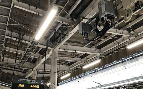 JR東京駅の山手線ホームに設置されたKDDIの5G基地局(写真右上)