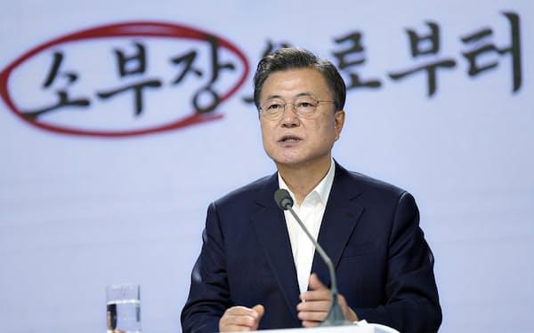 文大統領は「脱日本依存」の成果を強調した(2日、ソウル市)=韓国大統領府提供