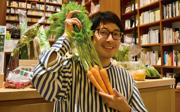坂ノ途中の小野邦彦社長は大学時代から、持続可能な農業に関心を持っていた(同社が書店と共同運営する「本と野菜 OyOy」で)