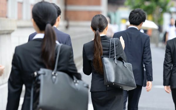 採用面接が解禁になり、オフィス街を歩く就活生(2018年6月、東京・丸の内)