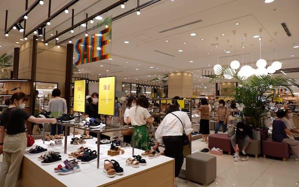セール初日、靴売り場などが来店客でにぎわっていた(6月25日、札幌市の大丸札幌店)
