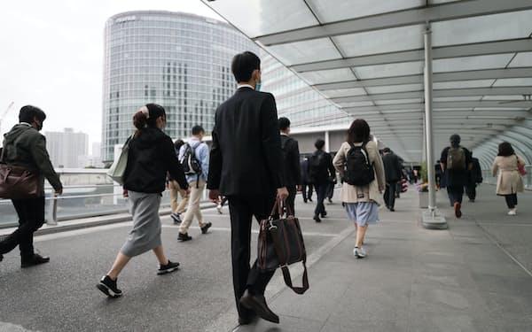 マスク姿で職場に向かう人たち(16日午前、横浜市西区)