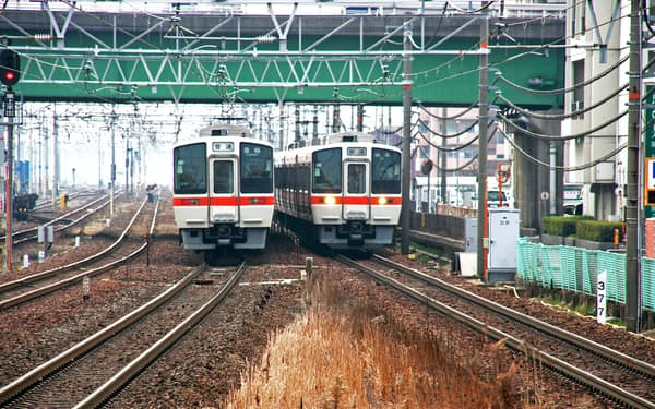複線区間の東海道線・清洲-稲沢間で普通列車同士がすれ違う。左の普通列車はテールライト(後部標識灯)を、右の普通列車はヘッドライト(前部標識灯)を点灯させているので、この後、どこに向かうのかが容易に予想できる(2010年2月23日に筆者撮影)