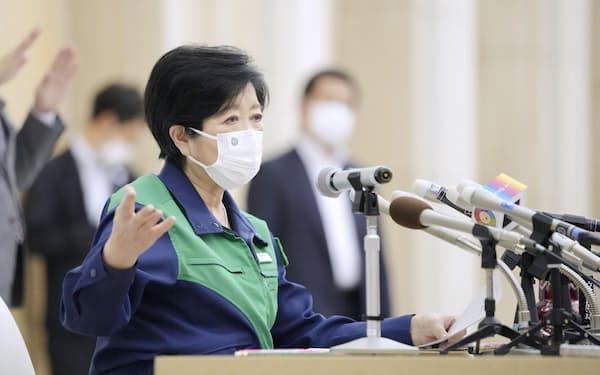 都庁で記者会見する東京都の小池百合子知事。公務復帰後に初めて登庁した(2日午後)=共同
