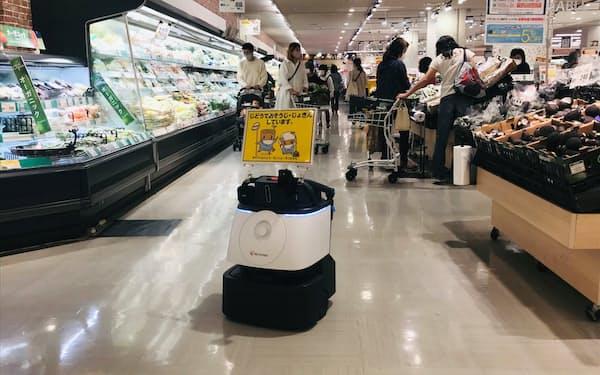 掃除ロボの導入で人手不足解消や万引き防止につなげる(2日、千葉県市川市のダイエーいちかわコルトンプラザ店)