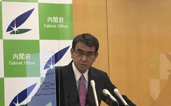 記者会見に臨む河野規制改革相(7月2日)