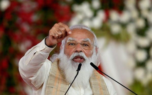 モディ首相がヒンズー教の聖人のような格好をするのは、コロナ禍への対処の責任を逃れるためではないかとみる人もいる=ロイター