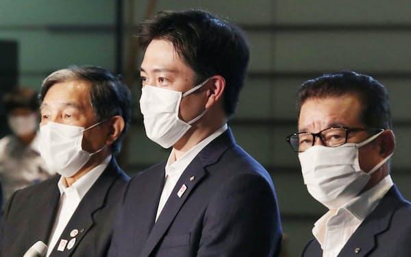 菅首相との面会を終え、報道陣の質問に答える大阪府の吉村洋文知事(中)=2日、首相官邸