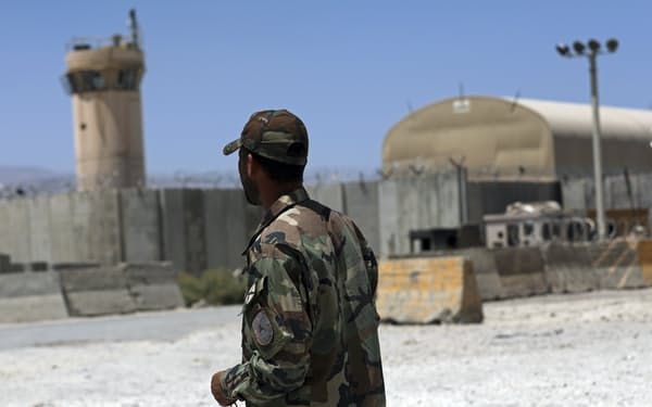 カブール北方のバグラム空軍基地は米軍の最大拠点だった(6月25日)=AP