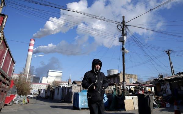 電力など公益企業の不当な値上げを厳しく監視(黒竜江省の石炭火力発電、19年11月)=ロイター