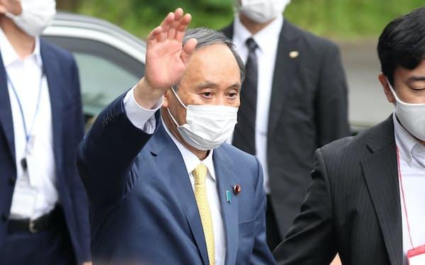 自民党の都議選出陣式に到着し、参加者に手を振る菅首相(6月25日、党本部)