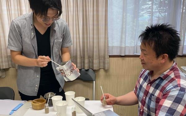 新製品「コオロギプロテイン飲料」のレシピ開発でパウダーの配合を試行錯誤する桜井蓮さん(左)と飯島明宏教授