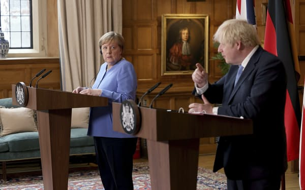 ドイツのメルケル首相(左)は欧州選手権で6万人超の収容を決めたジョンソン英首相(右)の判断に懸念を示す(2日、ロンドン郊外にて)=AP