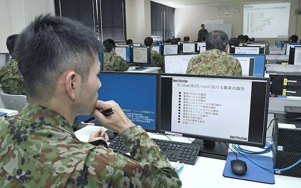 サイバー防衛に関する講義を受ける陸自隊員ら(神奈川県横須賀市)