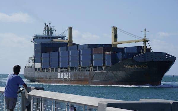 米国の輸出入が増えている(フロリダ州の港)=AP
