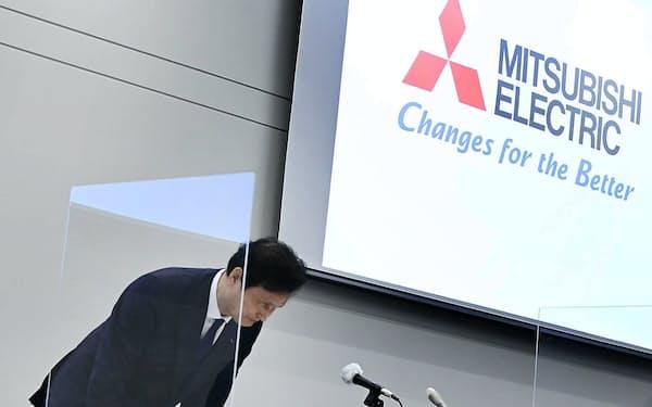 記者会見を終え、頭を下げる三菱電機の杉山社長(2日、東京・丸の内)