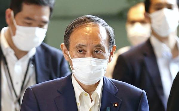 首相官邸に入る菅首相(=共同)
