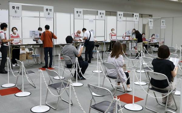 大阪市は7月12日から1回目の接種予約を一時休止した(6月、大阪市中央区のマイドームおおさか)