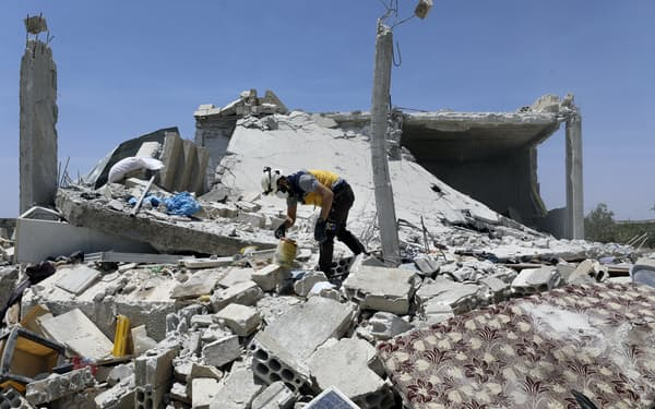 シリアのアサド政権軍の砲撃で死傷者が出た(イドリブ県)=AP