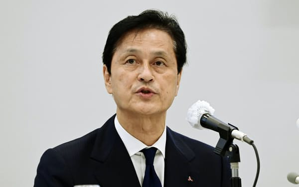 記者会見する三菱電機の杉山社長(2日、東京・丸の内)