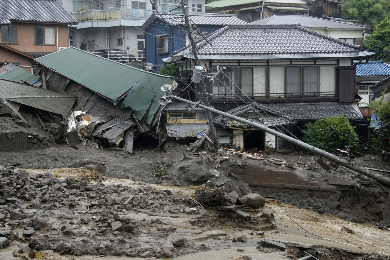 土石流が発生した現場(3日午後、静岡県熱海市伊豆山)=共同
