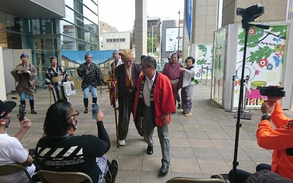 京成百貨店の入り口で劇団いばらきが人情劇を披露した(4日午後、水戸市)