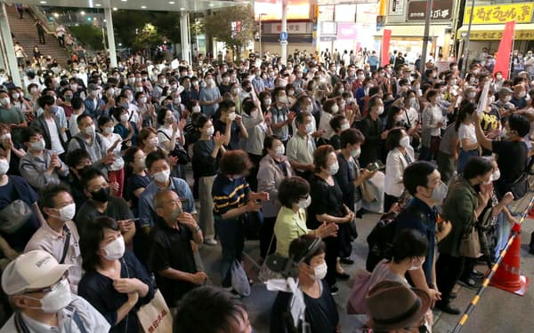 街頭演説を聞く有権者ら(3日、東京都中野区)