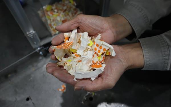 カフェの店内に設置し、紙コップを洗浄・粉砕する