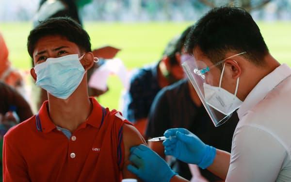 インドネシアはワクチン接種などコロナ対策を強化している(3日、ジャカルタ)=ロイター