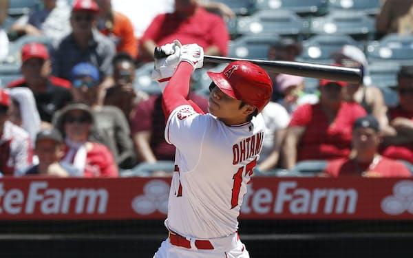 オリオールズ戦の3回、松井秀喜の日本選手シーズン最多本塁打記録に並ぶ31号ソロを放つエンゼルス・大谷(4日、アナハイム)=共同