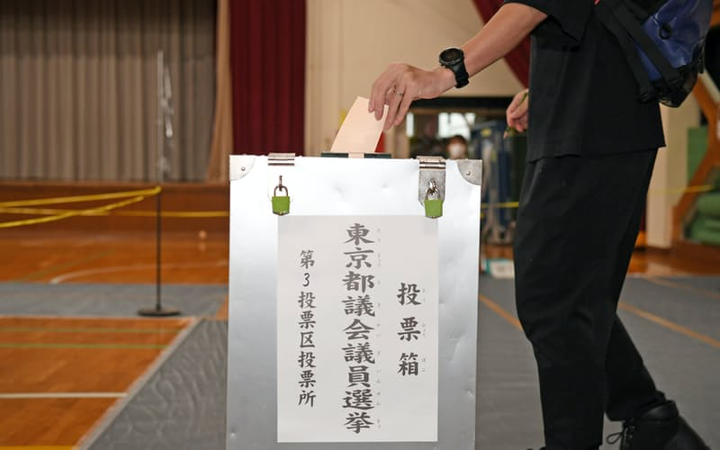 都議選で投票する有権者(4日、東京都新宿区)