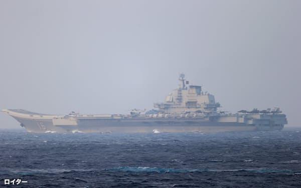 今年4月に宮古海峡を通過した中国の空母「遼寧」。完成が近いという新たな国産空母「003型」は艦載機のレベルを大幅に上げるカタパルトを備えているとされる=ロイター