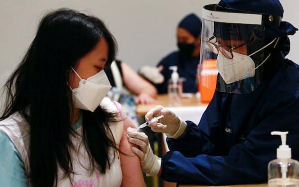 インドネシアではショッピングモールなど大規模施設での新型コロナウイルスワクチンの接種が進む(6月28日、ジャカルタ)=ロイター
