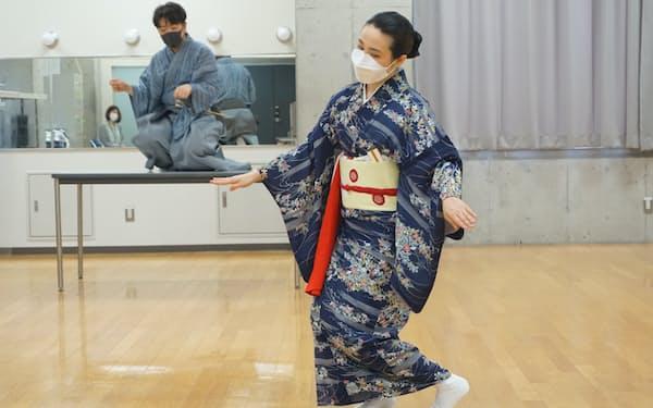 初の合作に挑んでいる井上安寿子(手前)と茂山忠三郎