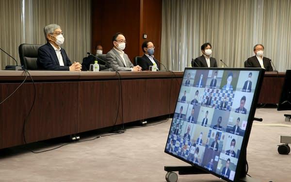 日銀本店で開かれた支店長会議。左端は黒田東彦総裁(5日午前)