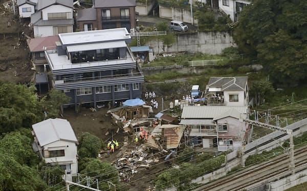 大規模な土石流で建物などが押し流された現場の捜索活動=5日午前、静岡県熱海市(共同通信社ヘリから)