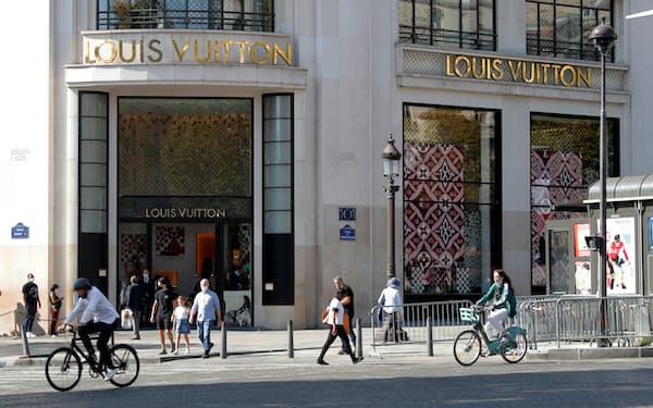 仏LVMHの主力ブランド「ルイ・ヴィトン」のパリ旗艦店(2020年9月)=ロイター