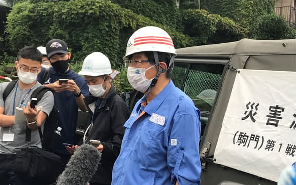 熱海市で発生した土石流の現場を視察した静岡県の川勝平太知事(5日午後)