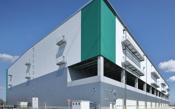 オフィスコムが7月に稼働した物流拠点には撮影スタジオを設け、商品写真や動画をすばやく発信する(千葉県白井市)